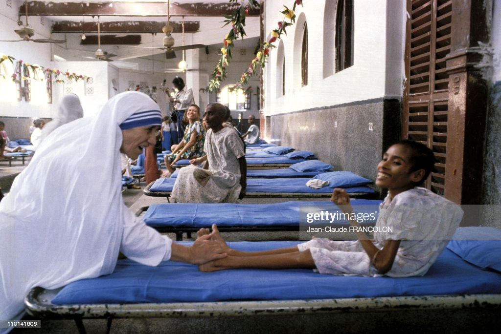 Mother Teresa and the poor in Calcutta, India in October, 1979. : News Photo