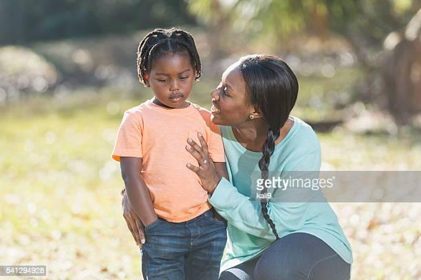 Madre a intentar animar hasta la triste niño pequeño