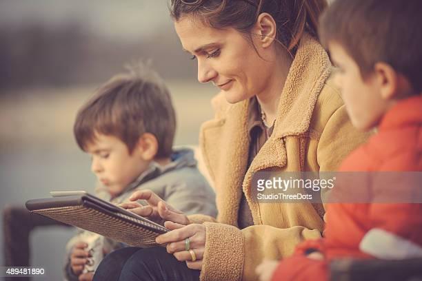 Mutter mit tablet PC