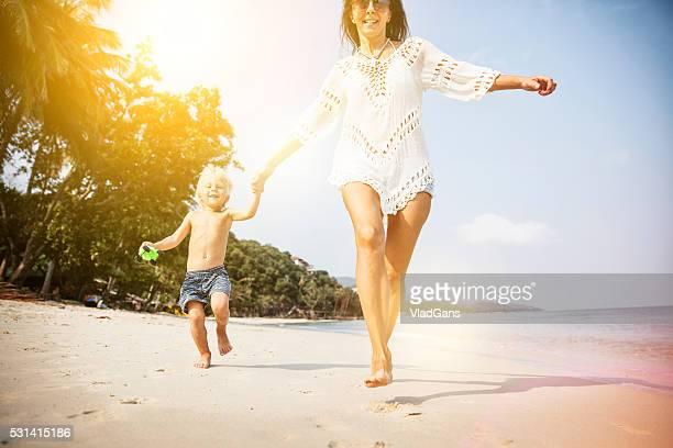 Mutter mit Baby im tropischen Strand