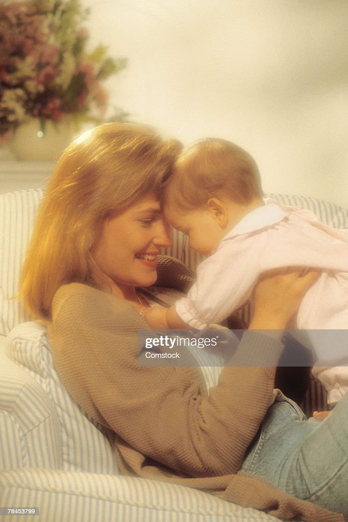 Mother with baby on couch : Stockfoto