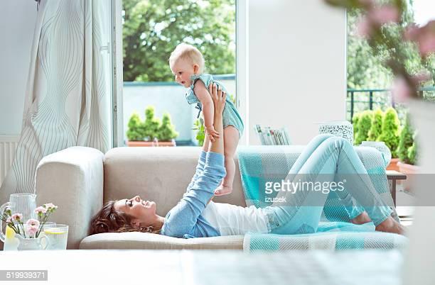 mãe com bebê - izusek imagens e fotografias de stock