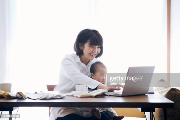 自宅で仕事の赤ちゃんと母親
