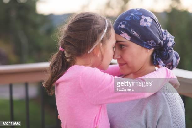 娘を抱いてがんの母 - cancer illness ストックフォトと画像
