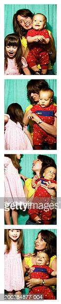 Mutter mit Kindern (1-3) in photo booth