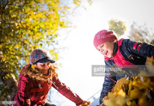 Mère avec fille fooling autour de la végétation luxuriante