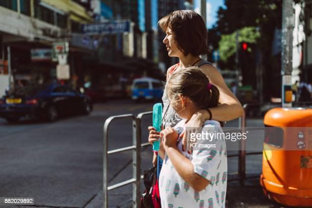 mother with daughter on the street - sul europeu - fotografias e filmes do acervo