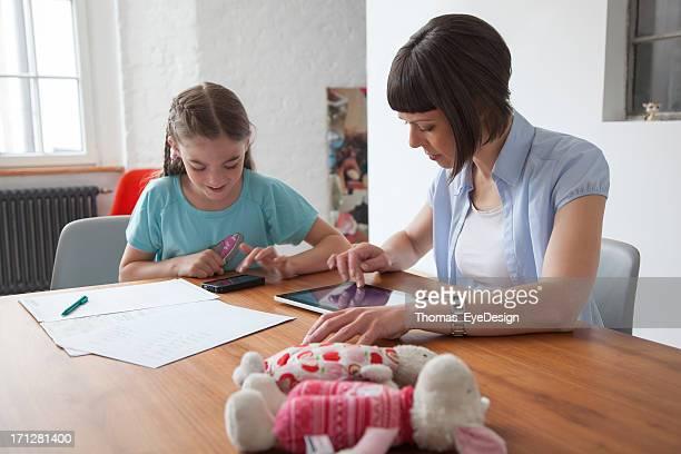 母と娘のタブレットを使用して、携帯電話
