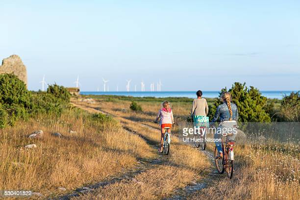 mother with daughters cycling, oland, sweden - エーランド ストックフォトと画像