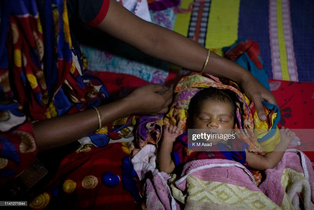 A mother with her 6 days old child take shelter in Khona... : News Photo