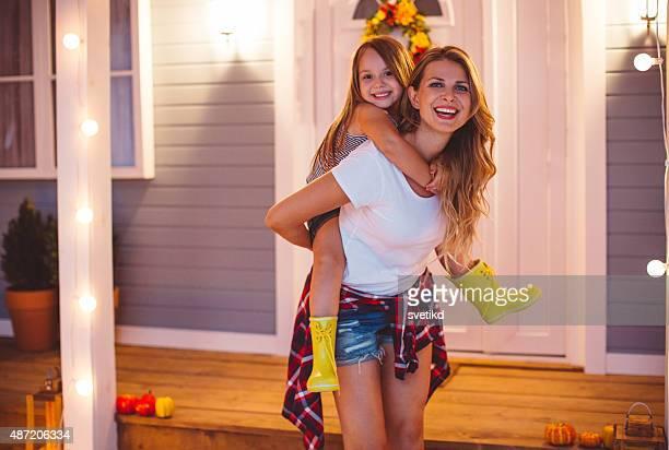 Mère et son adorable fille dans la ih de la réception.