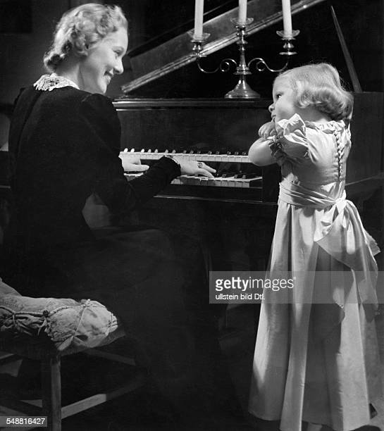 Mother with her daughter on a piano 1939 Photographer Hedda Walther Published by 'Die Dame' 26/1939 Vintage property of ullstein bild