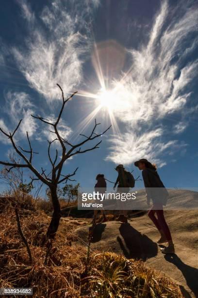 歩道の上を歩く彼女の娘を持つ母 - ゴイアス州 ストックフォトと画像