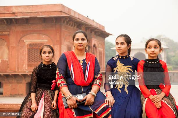 mother with her daugletrs out a palace of red fort delh - fotofojanini foto e immagini stock