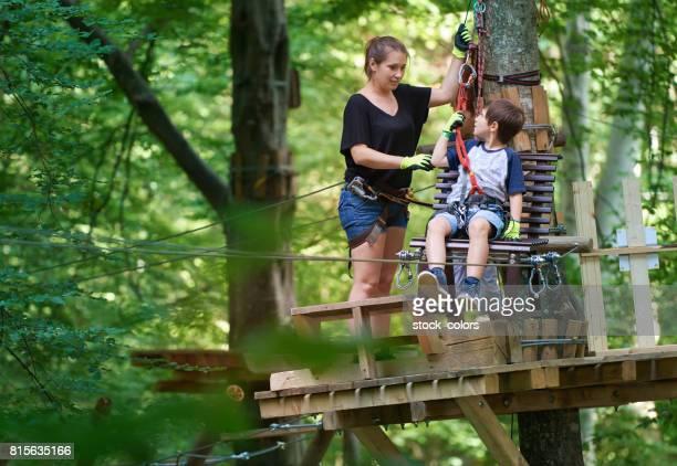 madre con su hijo en el parque de diversiones bosque