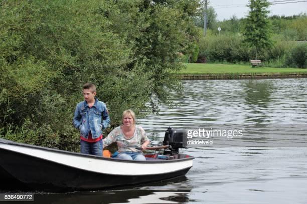 moeder met hier zoon op een boot - friesland noord holland stockfoto's en -beelden