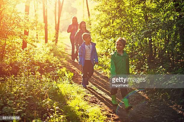 Mère avec enfants dans la forêt de randonnée.
