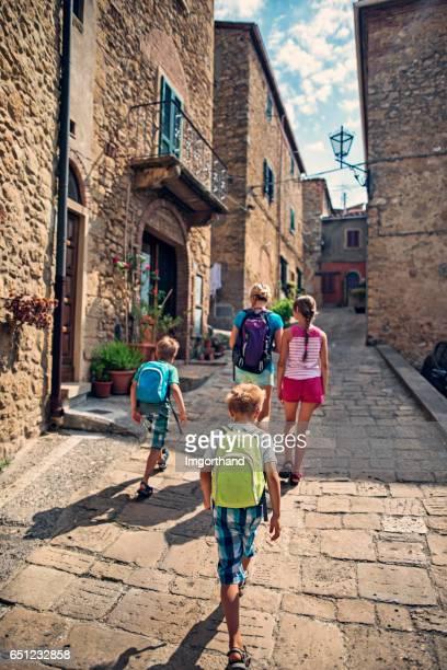 Mère avec enfants les touristes visitant belle ville italienne en Toscane