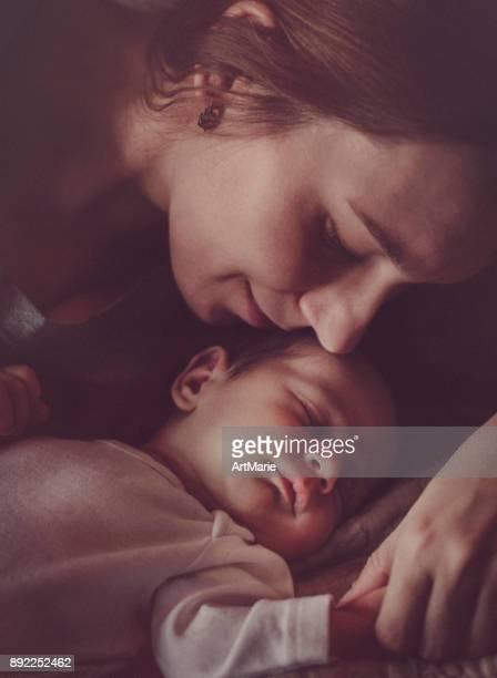 madre con neonato - mamma e figlio foto e immagini stock