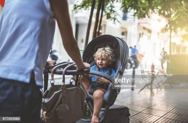 mãe com o carrinho no pé da cidade - carrinho de bebê veículo movido por pessoas - fotografias e filmes do acervo
