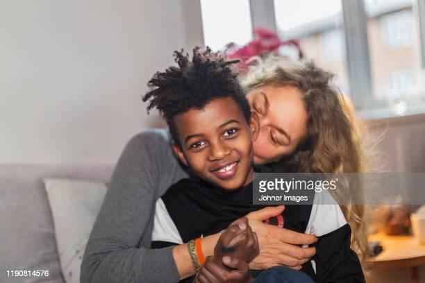 mother with son - adopción fotografías e imágenes de stock
