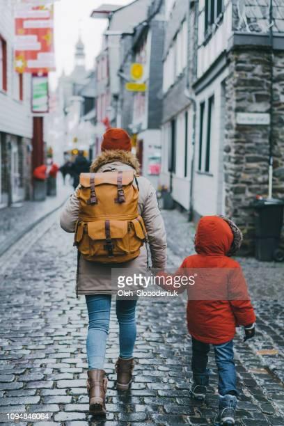 Mutter und Sohn zu Fuß in der Altstadt in Monschau