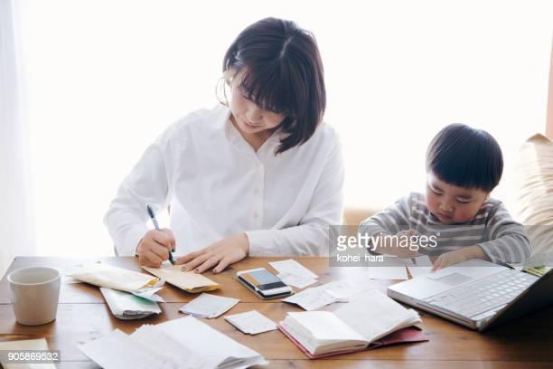 在宅勤務の息子を持つ母 - 専業主婦 ストックフォトと画像