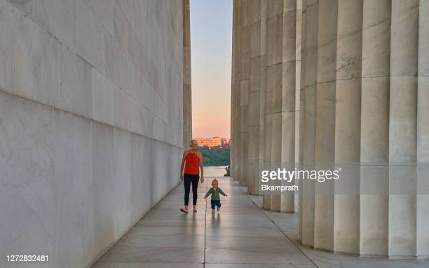 mother with toddler daughter at the lincoln memorial at sunrise in washington dc capital of the usa - washington dc stock pictures, royalty-free photos & images