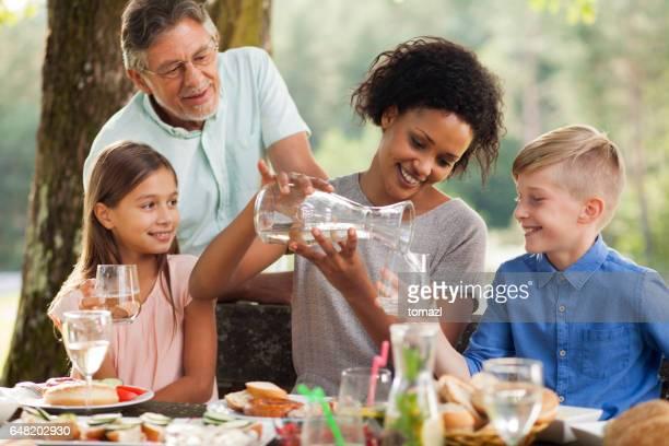 Moeder met twee kinderen op buiten picknick