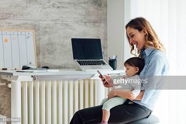 Mutter Arbeit von zu Hause und hält Ihr Baby