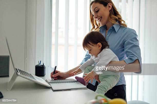 母 自宅勤務と彼女の赤ちゃんの保持