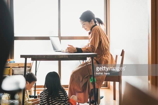 子供と自宅で働く母 - シングルマザー ストックフォトと画像