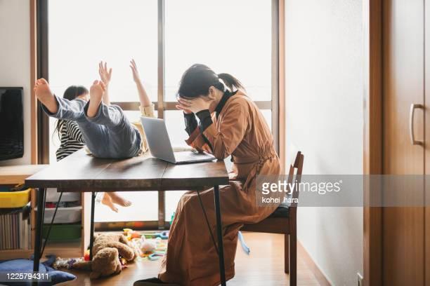 子供と自宅で働く母 - 無秩序 ストックフォトと画像
