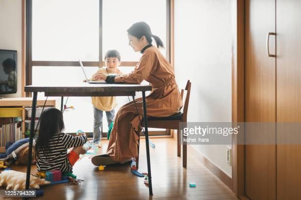 子供と自宅で働く母 - バーチャルオフィス ストックフォトと画像