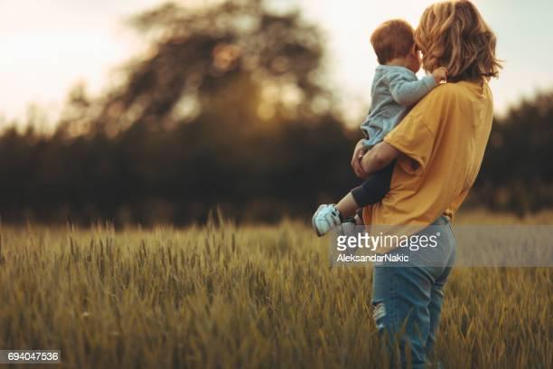 motherhood - mamma e figlio foto e immagini stock