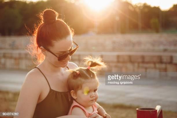 moederschap - paardenstaart haar naar achteren stockfoto's en -beelden