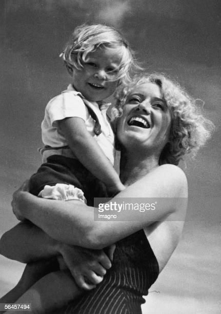 Mothers and children of today A blonde laughing woman is holding a blonde laughing little girl Photography by Edith Boeck Berlin around 1938 [Muetter...