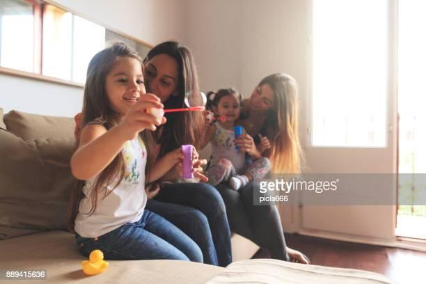 Mütter und Töchter mit blowing Bubbles Spaß