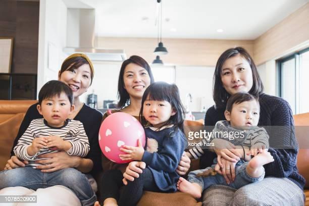 母親と子供たちはテレビを見て - 母親 ストックフォトと画像