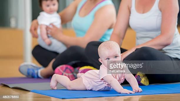 Mère et son bébé à l'exercice classe
