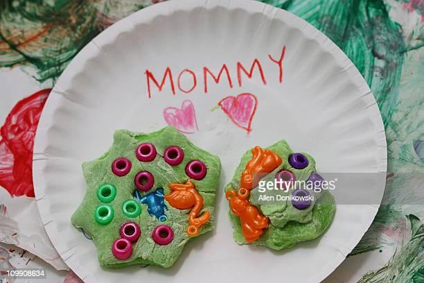 mother's day art project by a three year old - muttertag herz stock-fotos und bilder