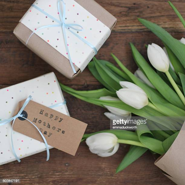 mother's day gifts and flowers - mothers day card ストックフォトと画像