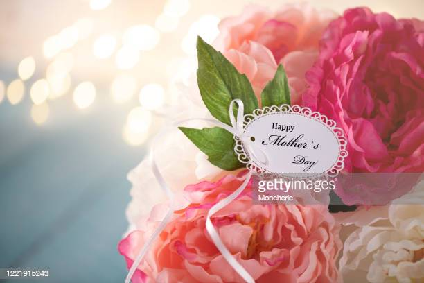 mother`s day greeting card on a flower arrangement - mothers day card stock pictures, royalty-free photos & images