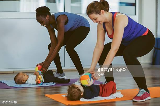 Mères exercice avec leurs bébés.