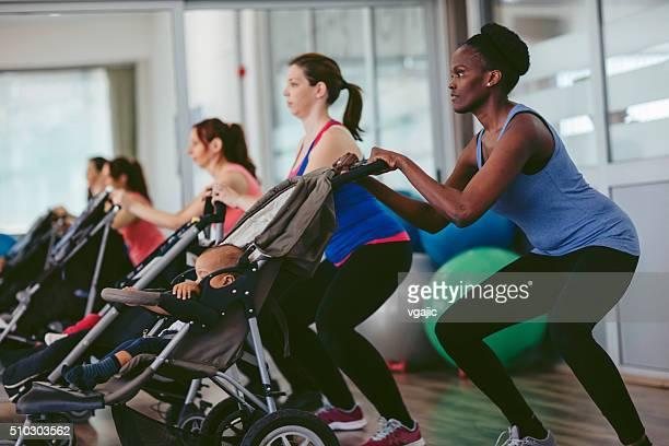 Mères exercice avec leurs bébés