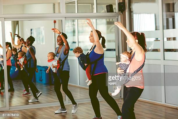 Mère avec leurs bébés de l'exercice dans la salle de sport