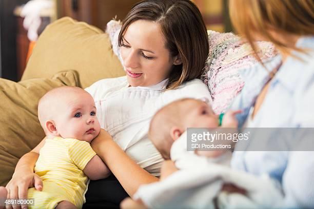 Mutter holding Baby während der stillen für Gruppen