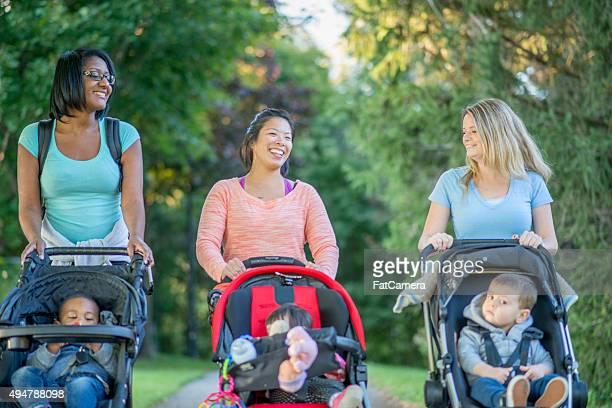 Mother's marchant avec leurs enfants dans le parc