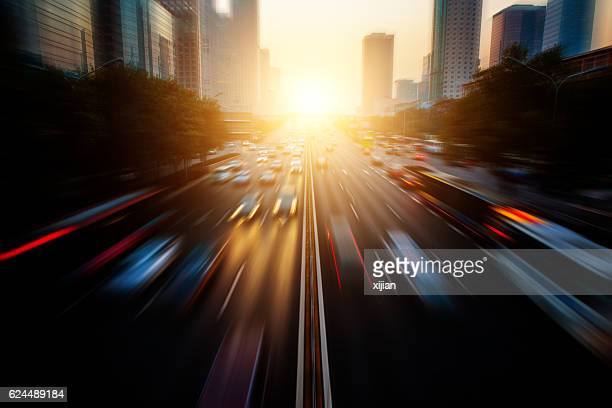 motion blur city traffic - drive sportbegriff stock-fotos und bilder