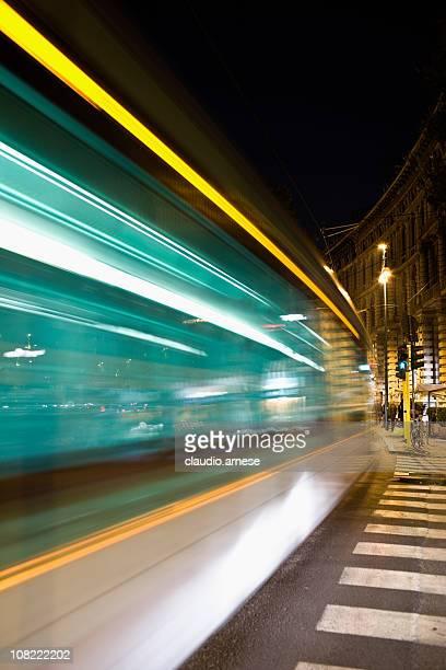 Motion Blur Milano Via autobus di notte. Immagine a colori